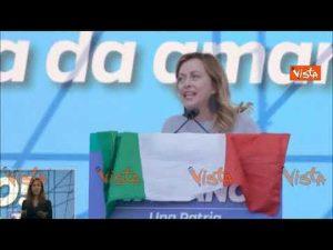 Giorgia Meloni sul palco in piazza san Giovanni