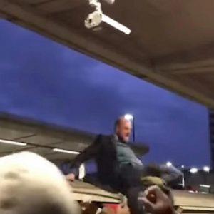 londra scontri pendolari metro