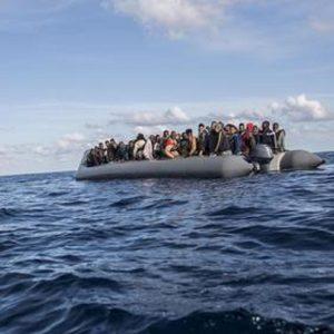 Migranti, 12 cadaveri su un fondale a Lampedusa: una madre abbracciata al bimbo
