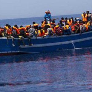 Migranti sul barcone rifiutano di tornare indietro e impugnano i coltelli