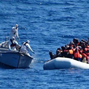 Migranti motovedette italiane porto sicuro
