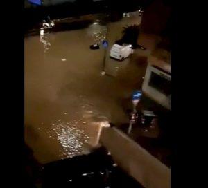 Roma, voragine in via di Monteverde per una perdita d'acqua: strada allagata