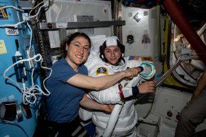 Le due astronaute provano la tuta
