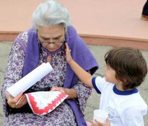 Festa dei nonni: un lavoro prezioso in famiglia (da 2mila euro al mese)