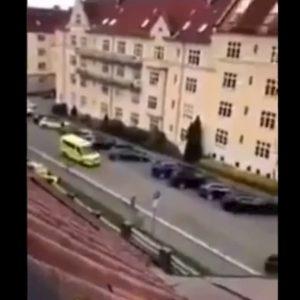 Oslo, ruba ambulanza e si lancia sui pedoni: gli spari della polizia VIDEO