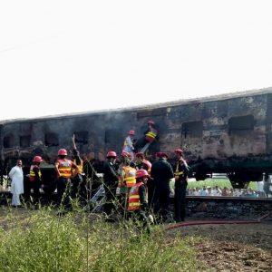 Pakistan, incendio su un treno passeggeri: 65 morti, 40 feriti VIDEO