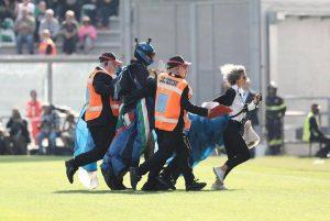 paracadutista atterra al Mapei Stadium