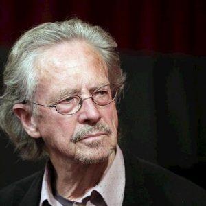 Peter Handke, il Nobel fa infuriare albanesi e bosniaci