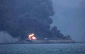 """Petroliera in fiamme, l'Iran denuncia i terroristi: """"Colpiti da un missile"""". Sos petrolio nel Mar Rosso"""