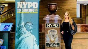 New York, ex attrice a luci rosse nel quartier generale della Polizia. Vertici in imbarazzo