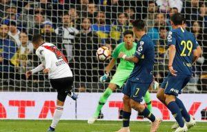 Un'azione di River-Boca 3-1, la finale di ritorno della Coppa Libertadores dello scorso anno (foto Ansa)