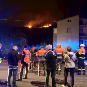 Arborea (Oristano), incendio in pineta: evacuate 240 persone dal resort Ala Birdi VIDEO