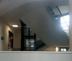 Milano, bambino precipita dalla tromba delle scale a scuola: forse ha usato una sedia per scavalcare