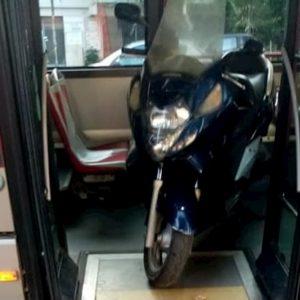 Roma, autista bus fa scendere passeggeri per caricare il suo scooter. Poi riparte col mezzo vuoto