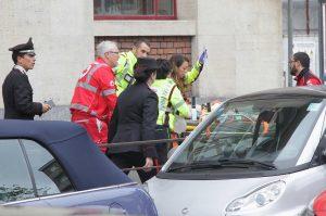 Milano, bimbo di 6 anni precipita dalla tromba delle scale a scuola: è grave. Aperta un'inchiesta