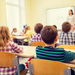 """Insegnante agli alunni: """"Camera a gas se non finite i compiti"""". Licenziata"""