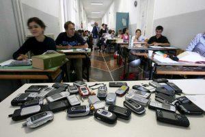 Scuola, niente telefonino in classe ma due intervalli per riaccenderlo. L'esperimento a Cefalù