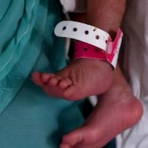 India, va a scavare la tomba per la figlioletta morta e trova neonata seppellita viva