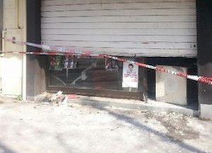 """Ha messo un cartello sulla serranda del negozio: """"Non entrate"""". E poi si è impiccato nel sottoscala. Così un commerciante di 47 anni si è tolto la vita giovedì 3 ottobre a Roma"""