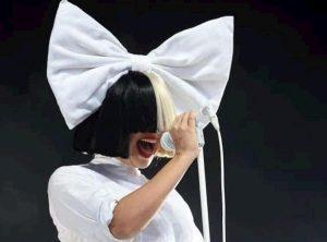 """Sia, la cantante rivela: """"Soffro di dolori cronici, ho la sindrome di Ehlers-Danlos"""""""