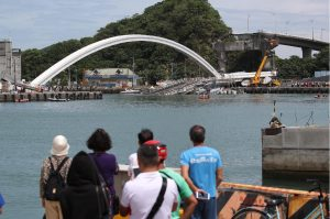 Taiwan, le prime immagini del crollo del ponte in una baia nell'est del Paese