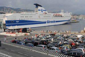 Cagliari, scontro cargo-traghetto in porto: un cavo si è spezzato a causa del forte vento