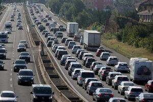 A4, camion sfonda il guard rail e invade autostrada: traffico paralizzato