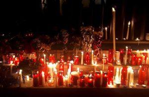 Fiori, candele e messaggi: il pellegrinaggio dei triestini davanti alla Questura, Ansa