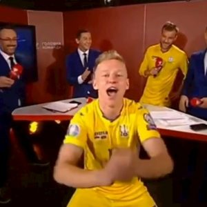 Zinchenko irrompe in studio tv per festeggiare la qualificazione dell'Ucraina a Euro 2020