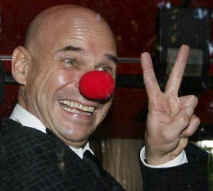 """Guy Laliberté, arrestato il fondatore del Cirque du Soleil: """"Coltiva marijuana nel suo atollo in Polinesia"""""""