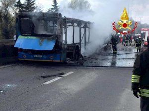 """Scuolabus incendiato a San Donato Milanese, carabiniere: """"I bimbi erano terrorizzati"""""""