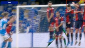 Rigore Napoli Genoa mano su tiro di Mertens arbitro non lo assegna