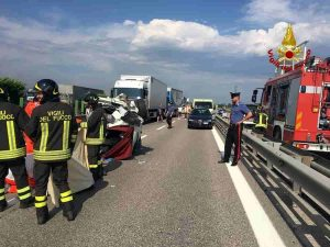 A4, incidente all'altezza di Cormano tra una moto e due tir: morto motociclista