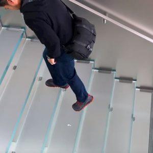 Adesivi di AirPods in tutta San Francisco: lo scherzo diventa virale VIDEO