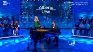 """Domenica In, Mara Venier imbarazza Alberto Urso: """"Ho aperto la giacca e tu guardavi..."""""""