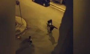 Andria: ragazza picchiata in strada, calci e schiaffi in pieno centro VIDEO