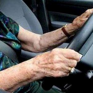Vittorio Veneto, tampona auto e la multano per 5mila euro: anziana guidava senza patente da 50 anni