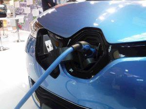 Auto elettrica, la frenata rigenerativa fa consumare ancora di meno: come funziona il Kers