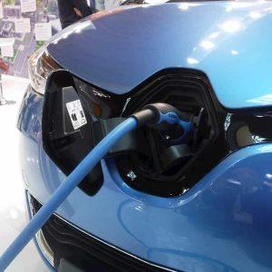 Auto elettrica, la frenata rigenerativa fa consumare ancora di meno: come funziona
