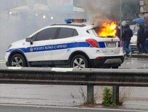 auto polizia roma fiamme ansa