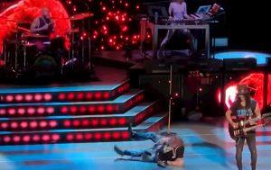 Axl Rose cade sul palco durante il concerto dei Guns n' Roses a Las Vegas VIDEO
