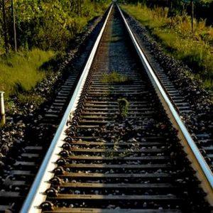 Pisa, giovane muore travolto da un treno: stava attraversando i binari con le cuffiette