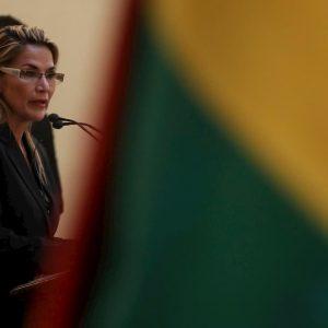 Bolivia, l'oppositrice Janine Anez si autoproclama presidente: migliaia in piazza per chiederne le dimissioni