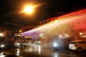 Salvini a Bologna, polizia usa idranti contro il corteo dei centri sociali