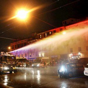 Lega a Bologna, polizia usa idranti contro il corteo dei centri sociali