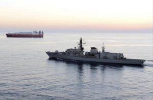 Elicottero della Marina Italiana si ribalta mentre atterra sul cacciatorpediniere