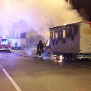 Camion esplode sull'A1 a Cantagallo: feriti due vigili del fuoco
