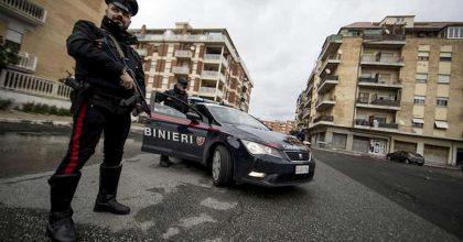 Sale, raffiche di kalashnikov contro i carabinieri: banditi in fuga, volevano rapinare un portavalori