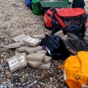 Francia, 800 kg di cocaina purissima portati dal mare: mistero sulle spiagge