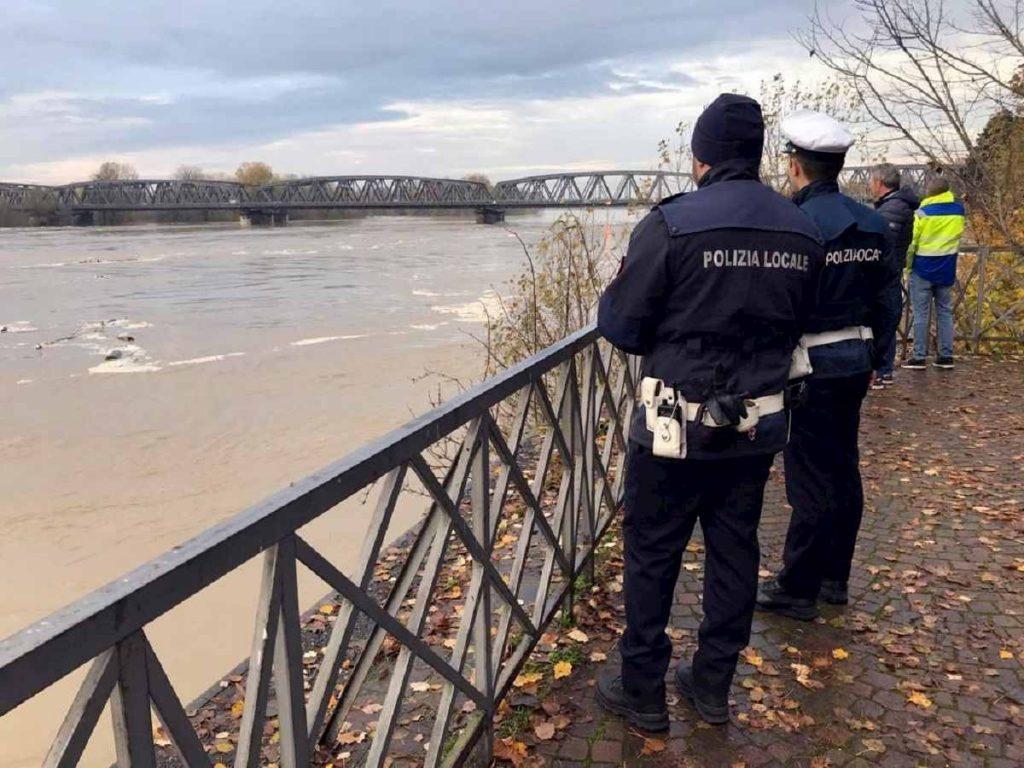In provincia di Parma, la protezione civile è pronta ad intervenire per far lasciare le case ai residenti.